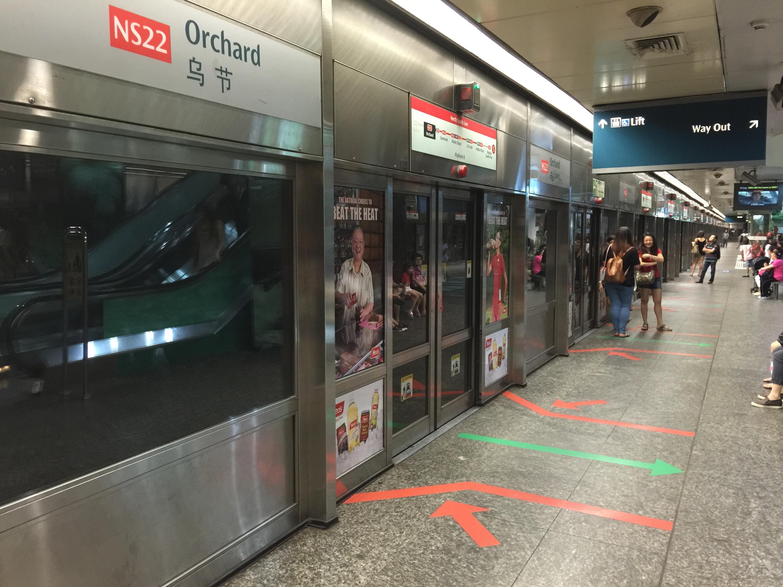 Nie istnieje niebezpieczeństwo wpadnięcia pod pociąg.  Tory. oddzielone są od peronu szklanym murem.